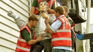 Michael Jackson statue forced to Beat It from Fulham