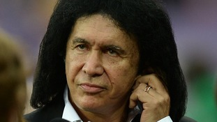 Kiss bassist Gene Simmons sang the US National Anthem at the NFL International Series match.