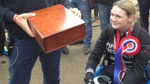 Bionic Marathon runner completes race: Olympic gold medallist Matthew Pinsent presents Claire Lomas with medals donated by other runners
