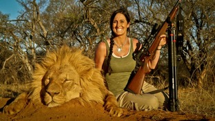 Melissa Bachman posing with an apparently dead lion