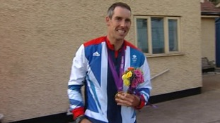 Canoeist Etienne Stott is to be presented with an Honorary Degree by the University of Bedfordshire tomorrow.