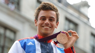 Olympic diver Tom Daley has revealed in an online video that he is in a relationship with a man
