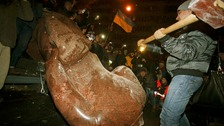 Anti-government protesters in Ukraine topple Lenin statue