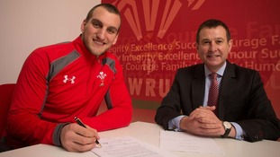 Sam Warburton signs contract