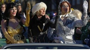 Helen Mirren gives a regal wave with Hasty Pudding Theatricals' president and vice president