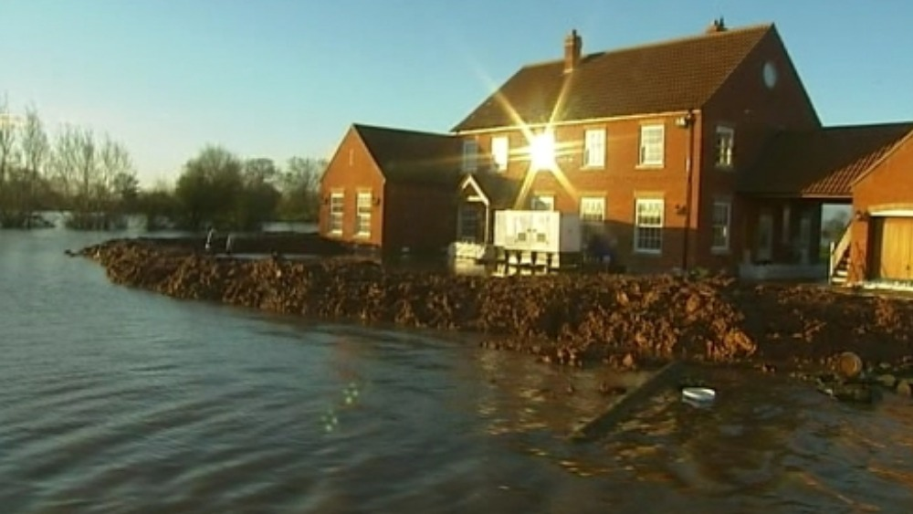 somerset resident battles to save his house from flooding