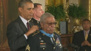 US President Barack Obama gives Vietnam veteran Melvin Morris his Medal of Honor.