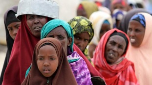 Women que for food aid in Somalia