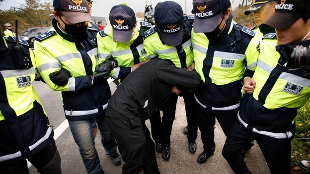 Đụngđộ giữa nhân thân các hành khác và lực lượng cảnh sát.