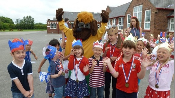 Pupils and lion mascot