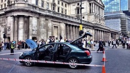Car abandoned outside Bank of England sparks alert