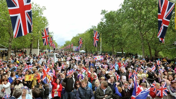 Crowds gather around Buckingham Palace