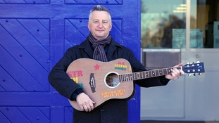 Billy Bragg says guitars can aid the rehabilitation of prisoners.