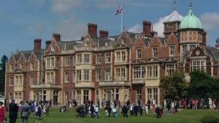 Thousands enjoy Queen's garden party