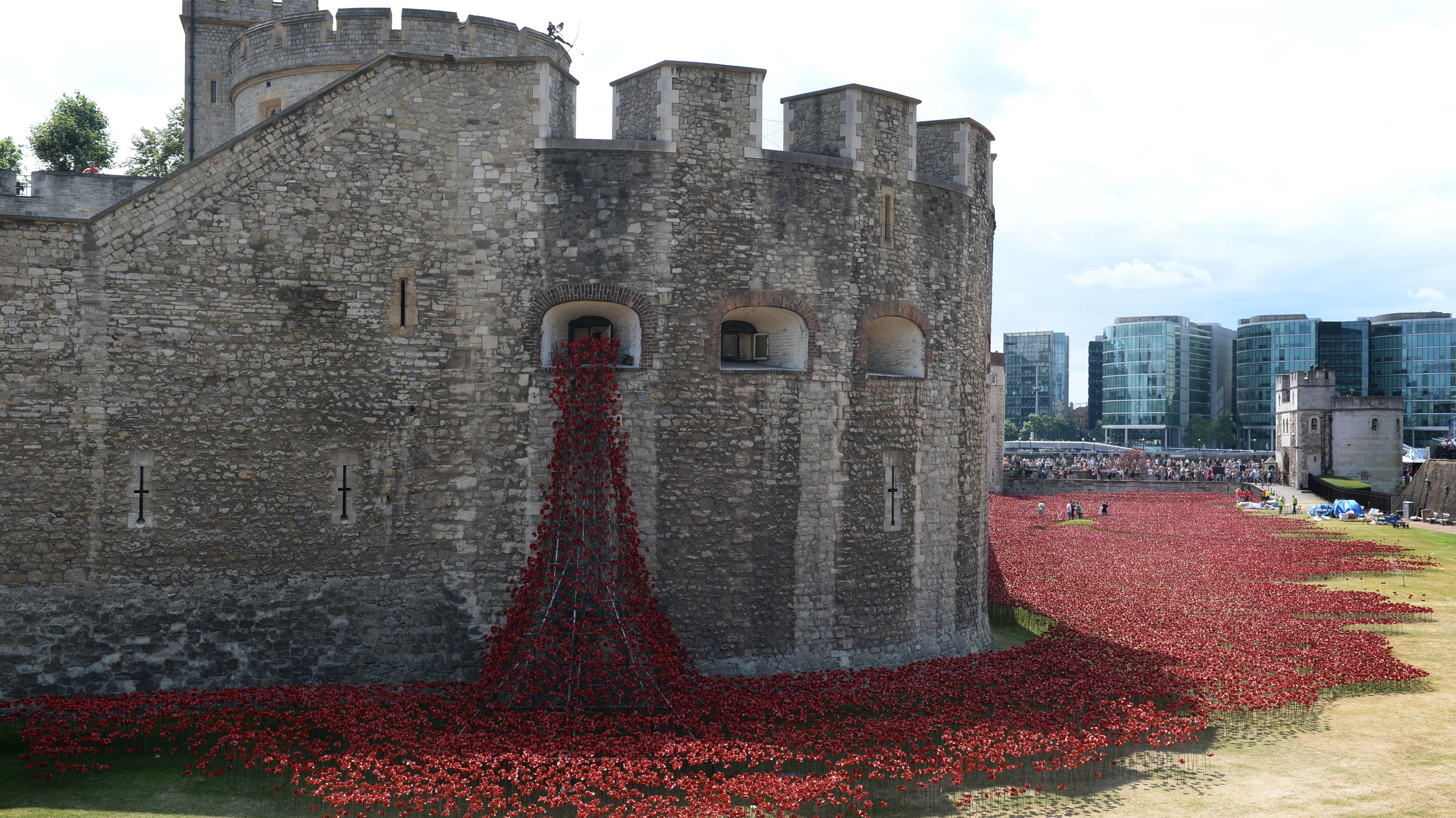 Ceramic Poppies Mark WW Centenary At Tower Bridge - Tower of london river of poppies