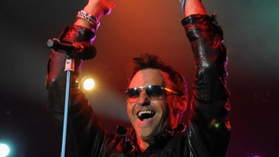 Marti Pellow lead a singing crowd of thousands at the races