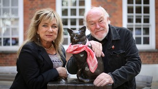 Helen Lederer and Timothy West next to a statue of Hodge the Cat