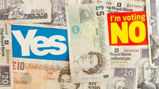 Yes and No campaign signs with Bank of Scotland and Bank of England bank notes