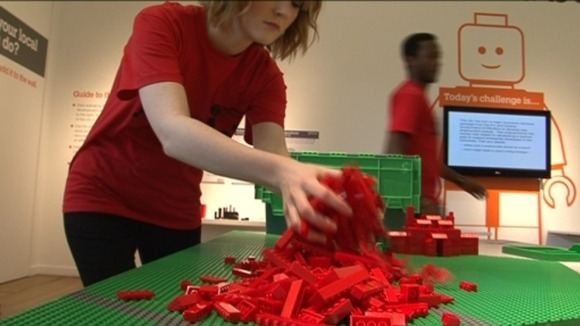 Organiser moving lego bricks