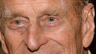 A thin wire can be seen in the Duke's ear.