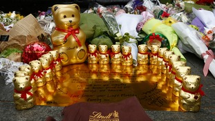 Lindt staff pay tribute to staff member Tori Johnson who died in the siege