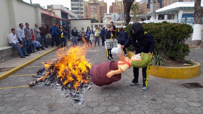 「ecuador new year burn」の画像検索結果