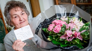 Mary Relph with her flowers and note from the Duchess of Cornwall.