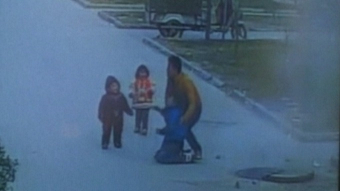 [VIDEO] Boy throws firecracker into sewer, see what happens