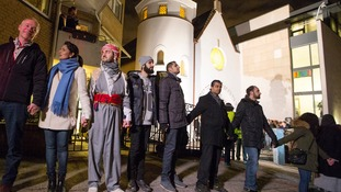 Muslims form a ring around Oslo synagogue