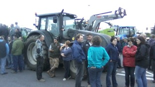 Hundreds of farmers blockade dairy in milk price protest