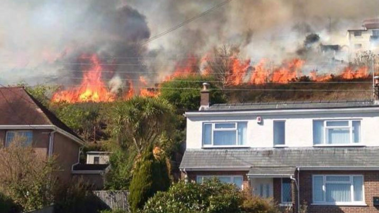 Major grass fire threatens homes in Carmarthenshire | Wales - ITV News