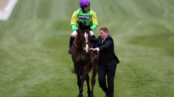 Ruby Walsh pulls up two-times champion Kauto Star 