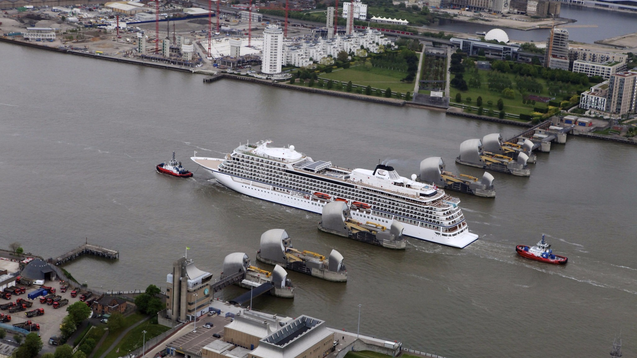 47 800 Tonne Cruise Ship Squeezes Through The Thames