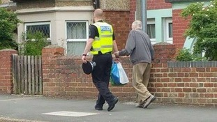 Touching moment policeman helps elderly man carry heavy shopping goes viral
