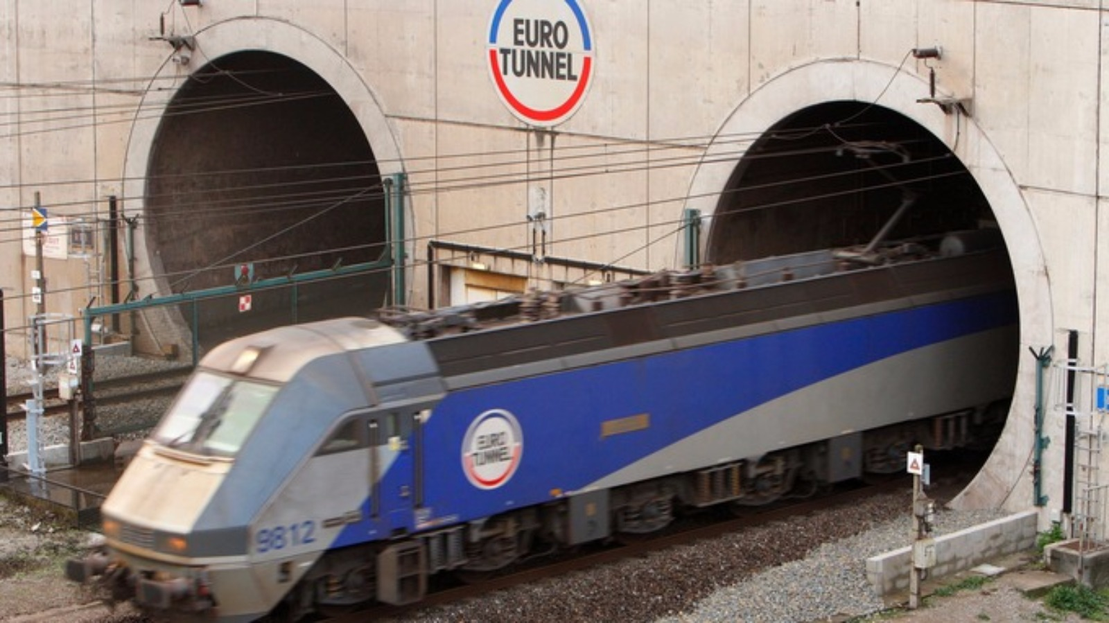 french ferry workers block eurotunnel causing suspension