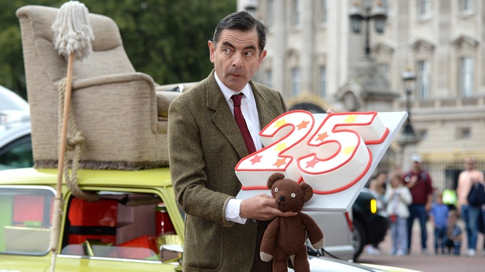 Mr bean takes his mini for a royal spin for his 25th anniversary mr bean outside buckingham palace solutioingenieria Images