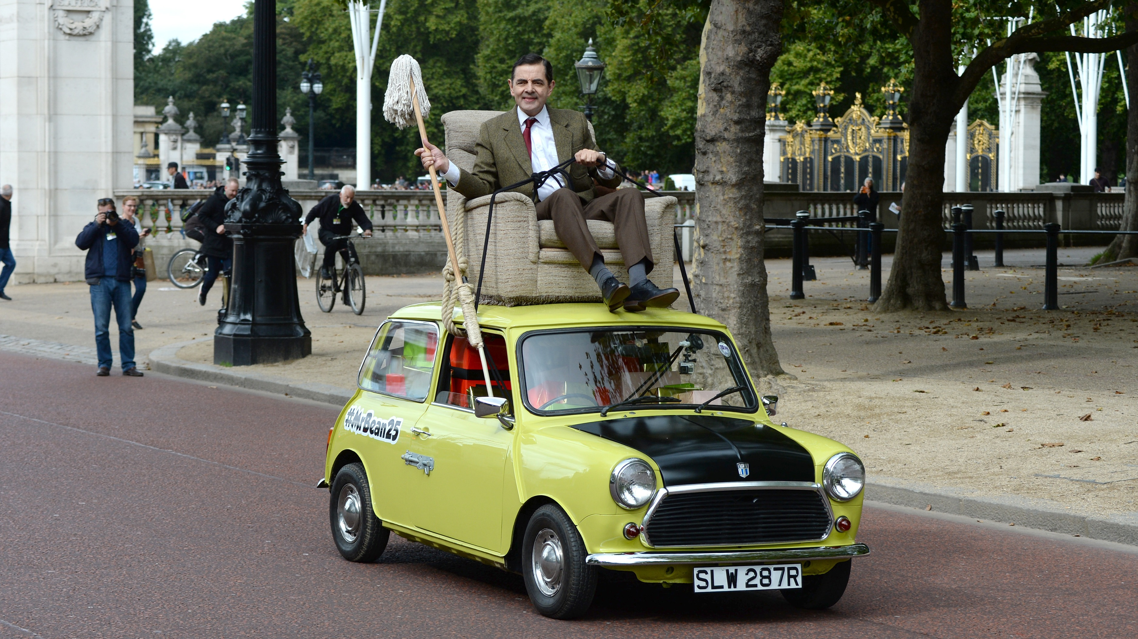 mr bean takes his mini for a royal spin for his 25th anniversary itv news. Black Bedroom Furniture Sets. Home Design Ideas