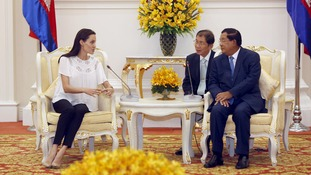 Hollywood actress Angelina Jolie speaks to Cambodia's Hun Sen.