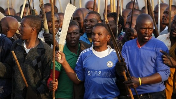 Thousands of miners with sticks and machetes at Lonmin&#x27;s Marikana platinum mine