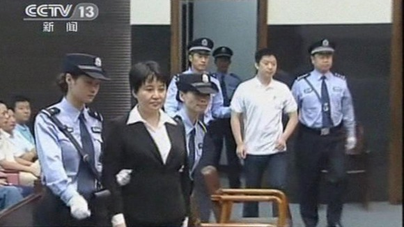 Gu Kailai and her former aide Zhang Xiaojun are escorted into the courtroom