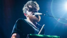 Jack Garratt performing.