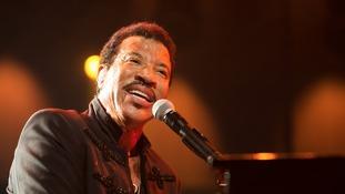 Lionel Richie performing