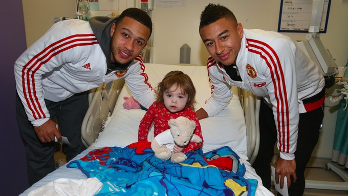 Memphis and Jesse Lingard meet Millie-May, 23 months, from Irlam at the Royal Manchester Children s Hospital