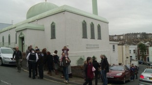 Mosque overwhelmed as hundreds turn up for tea