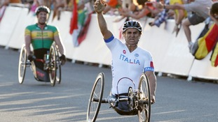 Italy's Alessandro Zanardi celebrates winning the gold medal in the Men's Individual H 4 Road Race