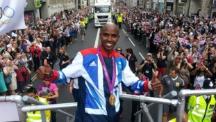 Mo Farah gives the thumbs up to the London crowds