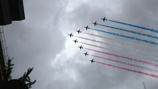 Red Arrows flypast as buses reach Buckingham Palace