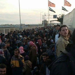 Crowds at the closed Turkey/Syria border