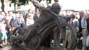 Statue unveiled to Ove Fundin