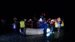 Hundreds of migrants arrive in Greece despite EU-Turkey deal